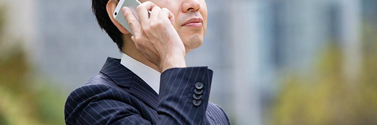 探偵事務所に電話相談する男性