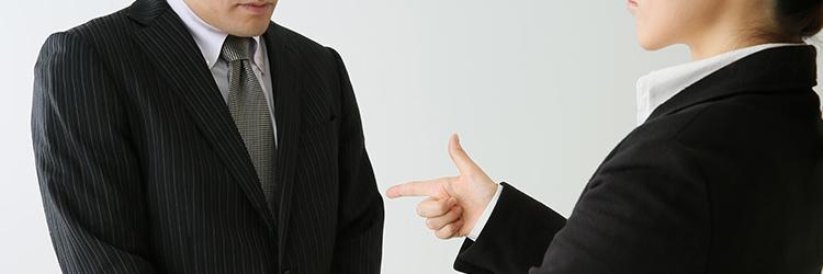 女性上司からパワハラを受ける男性