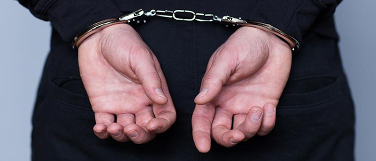 違法な探偵業務のために逮捕されてしまった男性